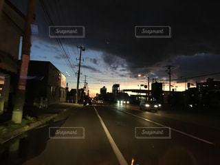 夕暮れ暗雲の市街地の写真・画像素材[1454832]