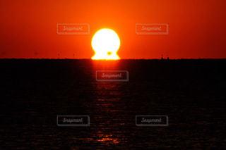 水の体に沈む夕日の写真・画像素材[1706261]