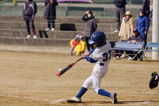 ボールにバットを振る野球選手の写真・画像素材[1709989]