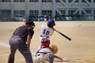 ボールにバットを振る野球選手の写真・画像素材[1716235]