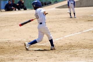 ボールにバットを振る野球選手の写真・画像素材[1716239]