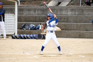 ボールにバットを振る野球選手の写真・画像素材[1716240]