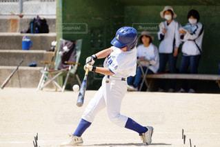 ボールにバットを振る野球選手の写真・画像素材[1716292]
