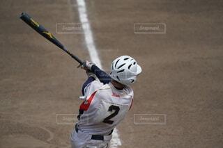 ボールでバットを振る野球選手の写真・画像素材[4672025]