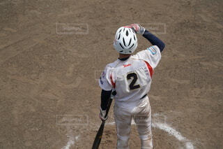 土の上にバットを持っている野球選手の写真・画像素材[4672024]