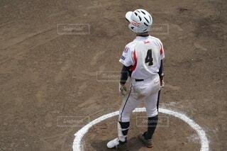 土の上に立っている野球選手の写真・画像素材[4672026]