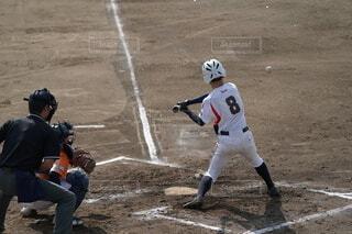 ホームプレートの隣でバットを持っている野球選手の写真・画像素材[4672037]