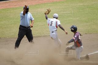 野球の試合をする男性のグループの写真・画像素材[4672028]