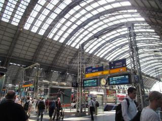 電車の駅で待っている人々 のグループの写真・画像素材[1453581]