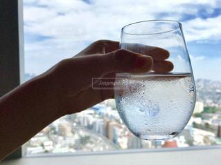 グラスを持っている手の写真・画像素材[1463960]