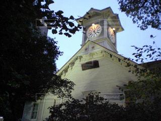 建物の側面に時計のある塔の写真・画像素材[2428671]