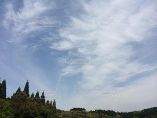 青い空と白い雲に緑の写真・画像素材[1456814]