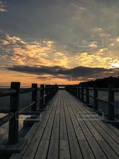 夕焼け染まる桟橋の写真・画像素材[1457396]