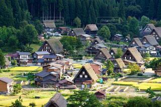 秋の白川郷の合掌造りの風情ある景色の写真・画像素材[1503553]