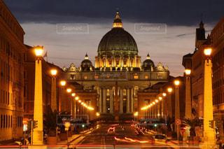サンピエトロ大聖堂の美しい夜景の写真・画像素材[1520128]