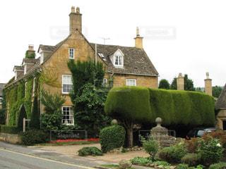 コッツウォルズのはちみつ色の石造りの家と美しい庭の写真・画像素材[1636612]