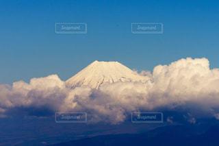 青空と雲に覆われた雪の富士山の写真・画像素材[1700125]