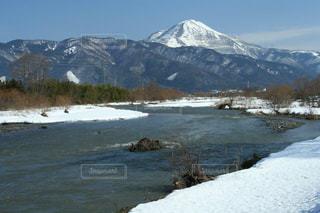 雪化粧した伊吹山と三島池の写真・画像素材[1716332]