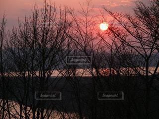 網走天都山の美しい薄紅色の夕日の写真・画像素材[1737731]