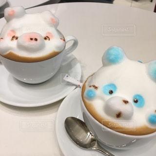ブタとパンダの可愛いラテアートのカフェの写真・画像素材[2037142]