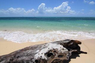 美しいグリーン島のエメラルドグリーンの海と白砂ビーチの写真・画像素材[2080003]