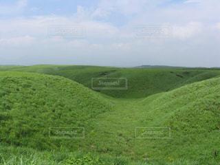 新緑が美しい阿蘇の牧草地の写真・画像素材[2088994]