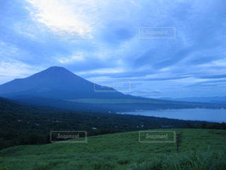 早朝の美しい富士山と流れる雲の写真・画像素材[2216099]