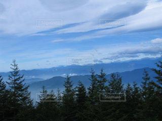 神秘な雲の流れと山並みに魅せられての写真・画像素材[2216111]