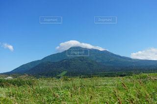 青空に映える美しい利尻山の写真・画像素材[2319562]