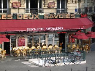 パリの可愛いカフェと自転車風景の写真・画像素材[2329485]