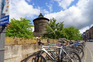 ニュルンベルクの大きな雲と自転車風景の写真・画像素材[2334932]