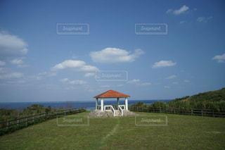 宮古島の青空と美しい青い海を眺めながら休憩の写真・画像素材[2343581]