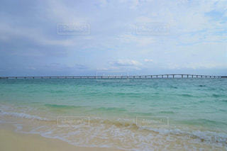 宮古島の静かで美しいエメラルドグリーンの海岸の写真・画像素材[2343588]