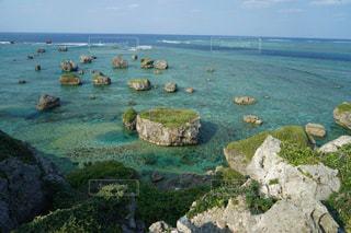 自然の美しさと力を感じる岩が浮かぶ宮古島の透明な海の写真・画像素材[2343630]