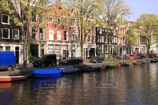 アムステルダム運河の美しい夕刻の木漏れ日風景の写真・画像素材[2349975]