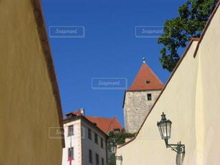 青空に映えるプラハの歴史ある美しい風景の写真・画像素材[2368491]