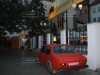 映画のワンシーンのようなプラハのお洒落な夜の風景の写真・画像素材[2368740]