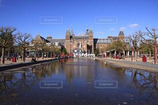 青空に映えるアムステルダム国立美術館の写真・画像素材[2368956]