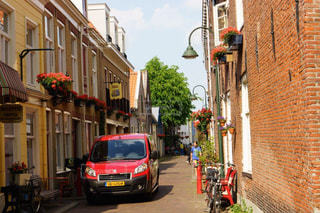 デルフトの美しいレンガ造りと花のある街並みの写真・画像素材[2368976]