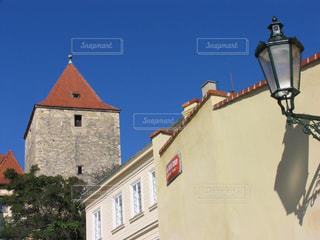 プラハの青い空と歴史ある町並みの写真・画像素材[2374436]