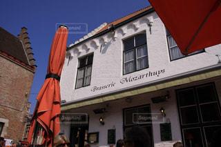 青空とブルージュのカラフルなカフェの写真・画像素材[2383307]
