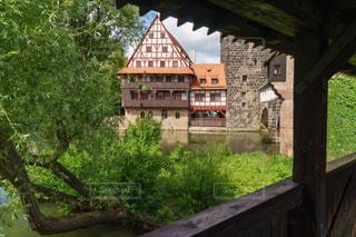 回廊から眺める緑豊かなニュルンベルクの風景の写真・画像素材[2383509]