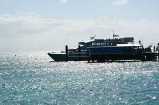 グレートバリアリーフのキラキラ輝く海と船の写真・画像素材[2389851]