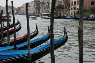雨のヴェネツィアのゴンドラ風景の写真・画像素材[2392310]