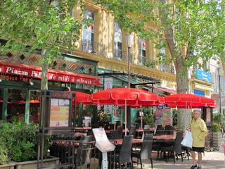 パリのカフェと街並みの写真・画像素材[2392405]