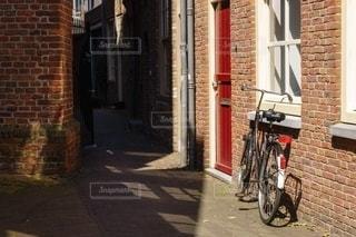 レンガ造りの建物と自転車の写真・画像素材[2548555]