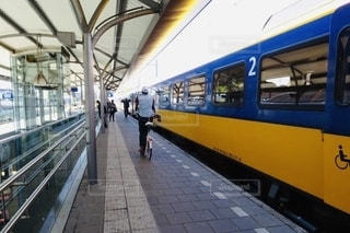 オランダのプラットホームを自転車で走る人が印象的の写真・画像素材[2645080]