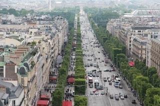 凱旋門の屋上から見たシャンゼリゼ通り風景の写真・画像素材[2667034]