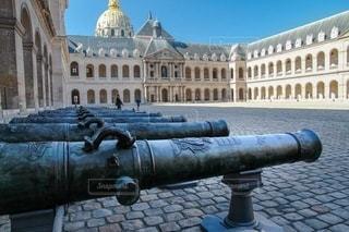 パリアンヴァリッドの中庭と大砲の写真・画像素材[2698331]