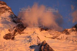 マウントクックと朝の流れる雲の写真・画像素材[2842351]